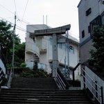 階段の上に建つ山王神社二の鳥居