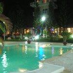 вечером территория отеля