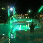 Вечером у бассейна