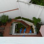 de patiotuin van het hotel