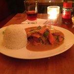 Hühnchenfleischstreifen mit Gemüse in Thaicurrysauße