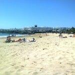 Vista del hotel desde la playa. Acceso directo desde el hotel por la zona de piscina