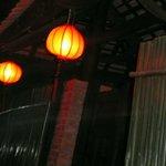 Служащие включали фонарики над входом, как только начинало темнеть