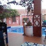 La piscina y vista desde la habiotacion