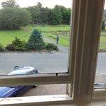Оконные рамы и вид из окна