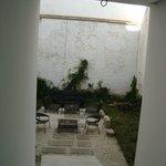 место для курения во дворе