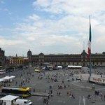 Вид из окна - тусовка на площади