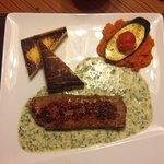 Filet d'agneau sauce ail des ours, polenta et carottes au cumin.