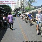 De lokale synes det var fedt at se hvide mennesker på en cykel i Bangkok :-)