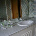 A casa de banho com produtos de higiene