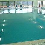 A piscina com água bastante quente e limpa
