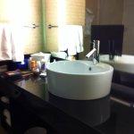 Baño moderno y limpio