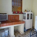 La cocina pequeña con la refrigerador por las invitados