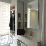 Banheiro da cabine lavatório e área com ferro de passar