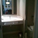 Baño con inodoro y ducha independiente