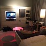 Bett, Sitzecke und Fernseher