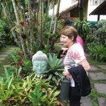 kuky admirando la escultura