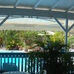 Vu sur la piscine depuis le lieu de petit déjeuner