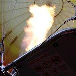 出発前は火力全快で気球を膨らませます