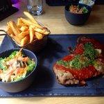 Escalope de veau panne, gorgonzola, sauce tomate, pesto avec frites et salade