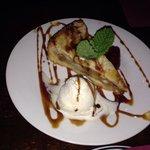Torta di mele con gelato alla vaniglia.