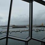 Blick auf den Hafen von Reykjavik aus dem Harpa Gebäude