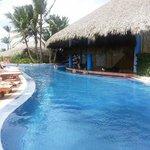 Pool and swim up bar!
