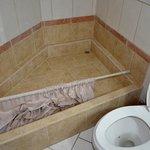 bagno non pulito con tendina doccia in terra
