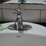 il mega lavandino con un rubinetto