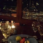 απολαμβάνοντας το δείπνο με εξαιρετική θέα