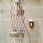 La douche de la salle de bain.