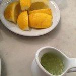 Лимон и сок свежевыжатого лайма к чаю
