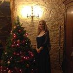 Живая елочка в зале,где накрывали новогодний ужин