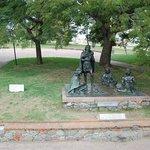 """Escultura """"Indios Charruas"""", un homenaje al pueblo indigena y sus últimos habitantes"""