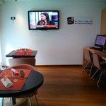 Espaço de internet e lobby bar