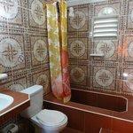 Salle de bain spacieuse et propre, eau chaude H24 même si système un peu compliqué