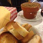 Crostini e fegatini caldi in tavola
