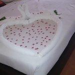 ПРИ заезде у нас была украшена кровать и стояла бутылочка вина  местного и немного фруктов.