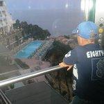 Вид из лифта на бассейн и море
