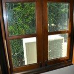 Klima-Aggregat vor dem Fenster
