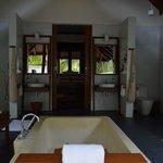 вид на комнату из ванной