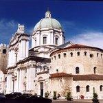 Scorcio della piazza Paolo VI con vista d'insieme del Duomo Vecchio e Nuovo in secondo piano