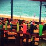Гигантские коктейли в баре на пляже