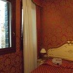 il letto, la vista dava sul palazzo adiacente