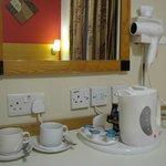 La habitación cuenta con jarra eléctrica, servicio de té y café, secador de cabello y TV con cab