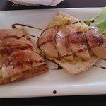 Comida: tostas de foie de micuit con manzana caramelizada
