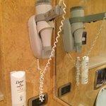 Dettaglio del bagno: sapone per le mani e phon.