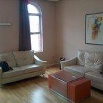 Living con dos sofás grandes