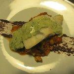 Bacalao con ratatouille, puré de aceitunas negras y mayonesa de albahaca