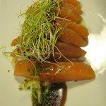 Sashimi de salmón marinado con chutney de manana Smith y wasabi